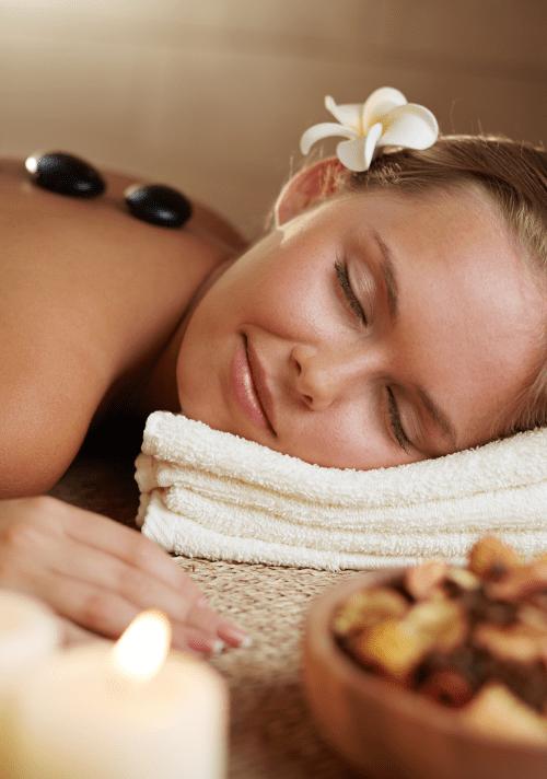Hot stone massage Aroma Freepik e1502287702971